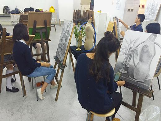 美術クラブ 横浜美術学院の中学生向け教室 たっぷりとした空間を描く「静物デッサン」9