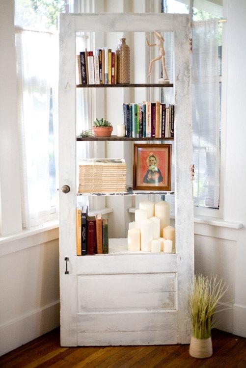 Pintu bekas bisa menjadi bingkai rak buku yang menarik