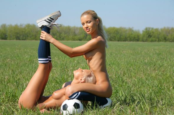 Met-art Marina C Sandy A loiras modelos mulheres lindas ninfetas bola futebol