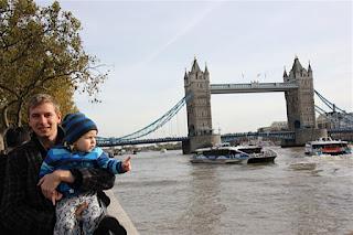 Max und Christkind vor der Tower Bridge