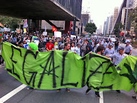 Às 16h, teve início a Marcha da Maconha em direção ao Centro de São Paulo. Os manifestantes desceram pela Rua Augusta e depois pela Consolação (Foto: Fabiano Correia/G1)