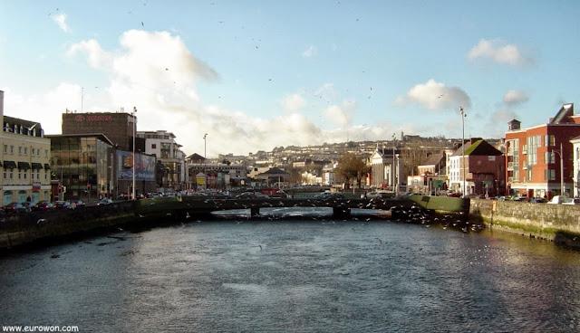 Puente cruzando el río de Cork.