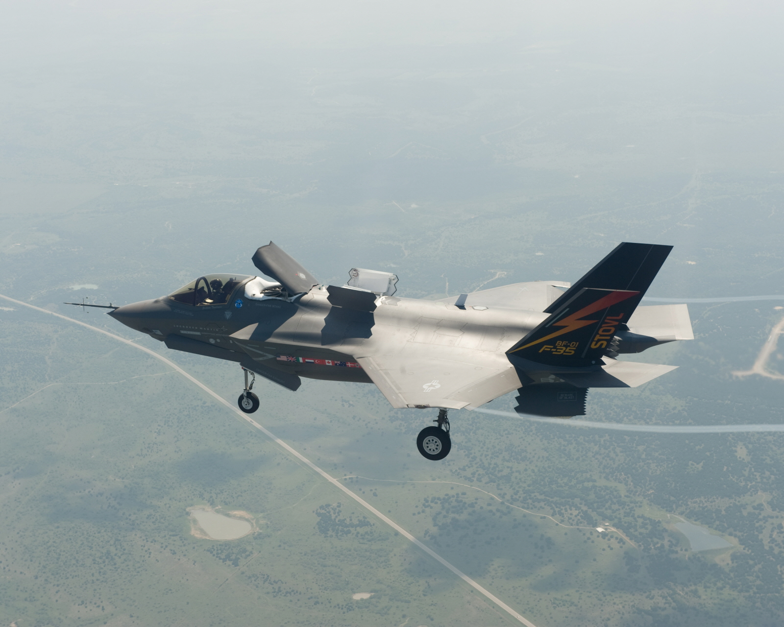 joint strike fighter jsf The f-35 joint strike fighter is undergoing some more extreme weather testing before additional jets fly across the pond for.