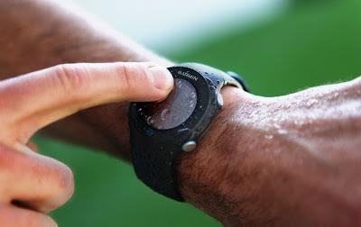 Corredor usando monitor cardíaco com gps