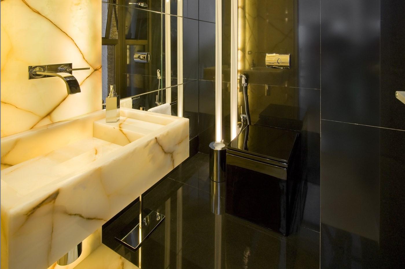 Lavabo com paredes e piso preto cuba esculpida em ônix torneira de  #B88513 1400 928