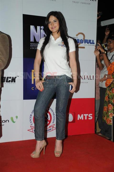 , Housefull 2 Babes At Special Screening For Cancer Aid Foundation