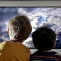 Crianças vendo televisão: distância ideal para assistir TV deve ser de dois metros