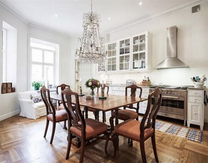Slagbord med mer eleganta matsalsstolar