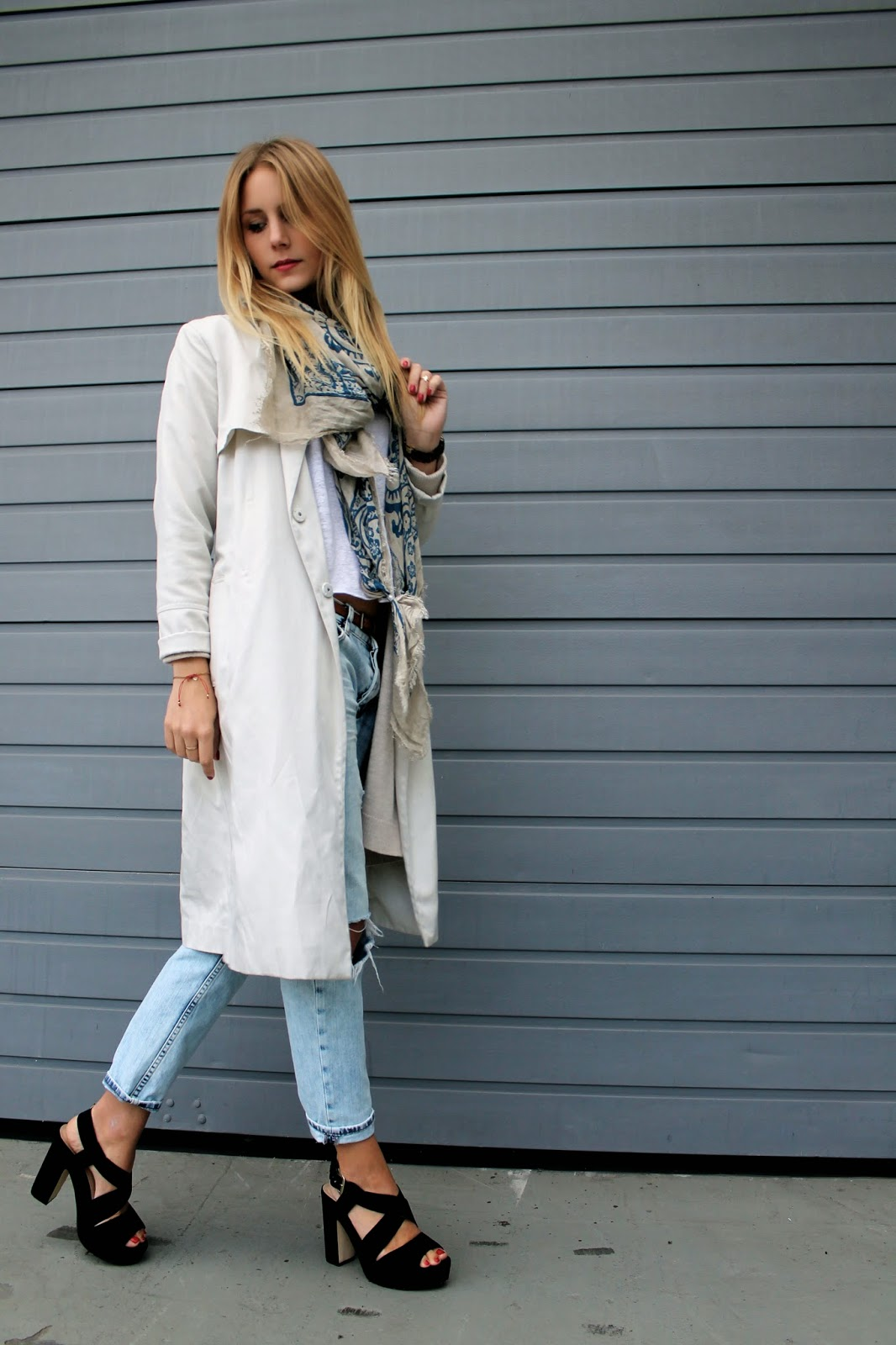 Trenchcoat, Nude, Scarf, Destroyed Jeans, High Heels