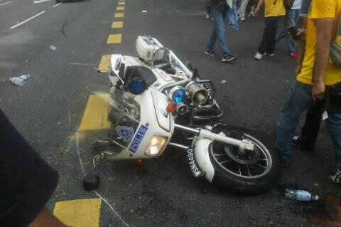 motosikal polis dirosakkan perusuh