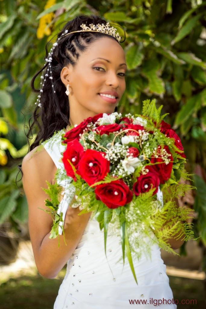 portrait de la mariée avec son bouquet sur fond de verdure