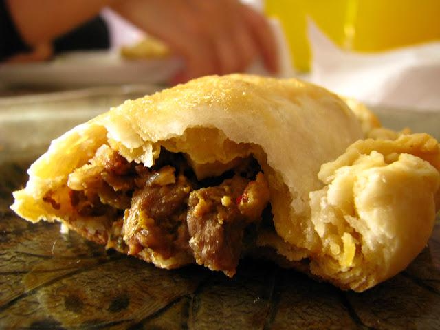 deliciosa empanada peruana con diferentes rellenos