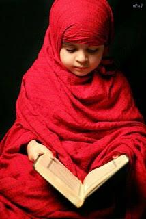 Gambar bayi cantik cute muslim berhijab membaca alqur'an
