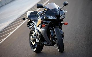 Zwarte motorfiets midden op het asfalt