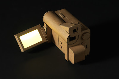 cámara de video con cartón reciclado