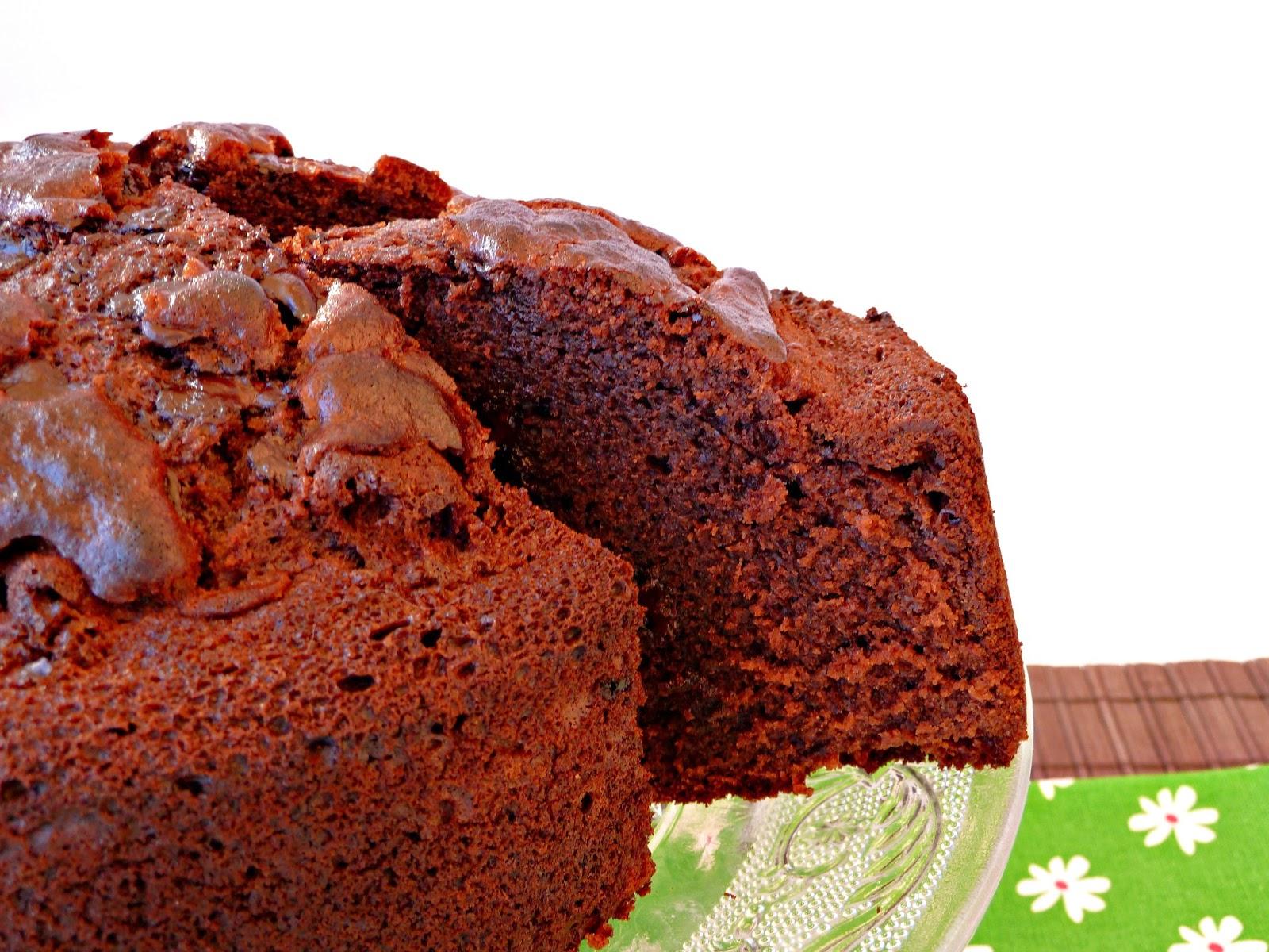 Bolo molhado de chocolate com pepitas