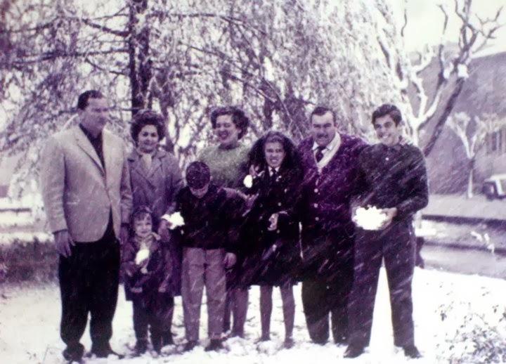Plazoleta frente al Banco Nación. Familias Pérez Moscón y Azamor — con Horacio Perez.