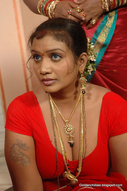 Desi aunty navel show hot pics