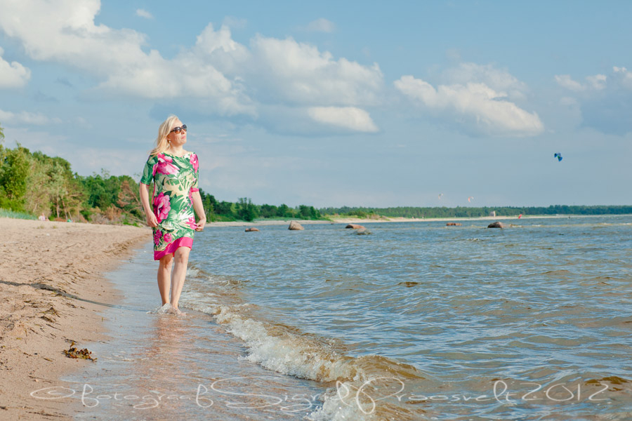 naine-vaatab-merele