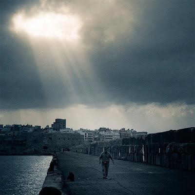 παραθαλάσσιο λιμανάκι συννεφιά περπάτημα άνθρωπος