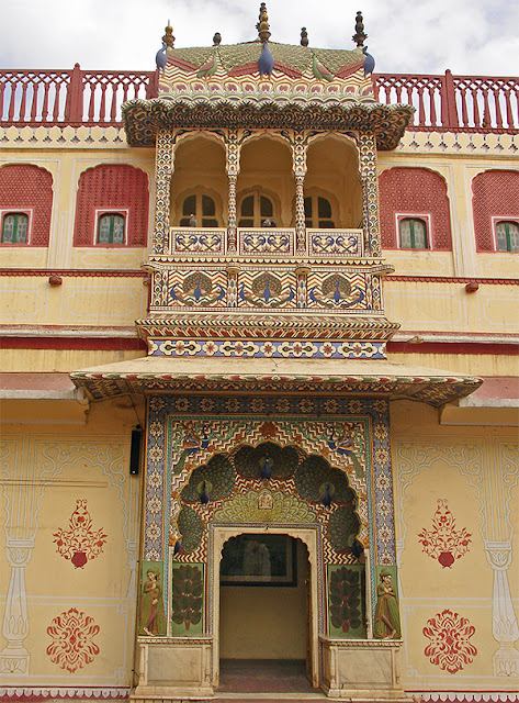 Porte et balcon ouvragés au City Palace de Jaipur