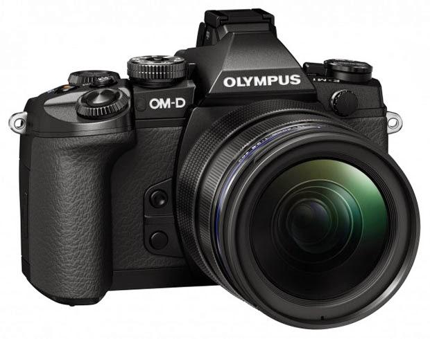 Fotografia della Olympus OM-D E-M1 di tre quarti