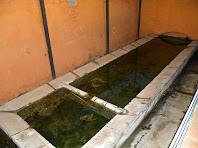 L'antic safareig comunitari amb les dues piques per rentar i esbaldir la roba
