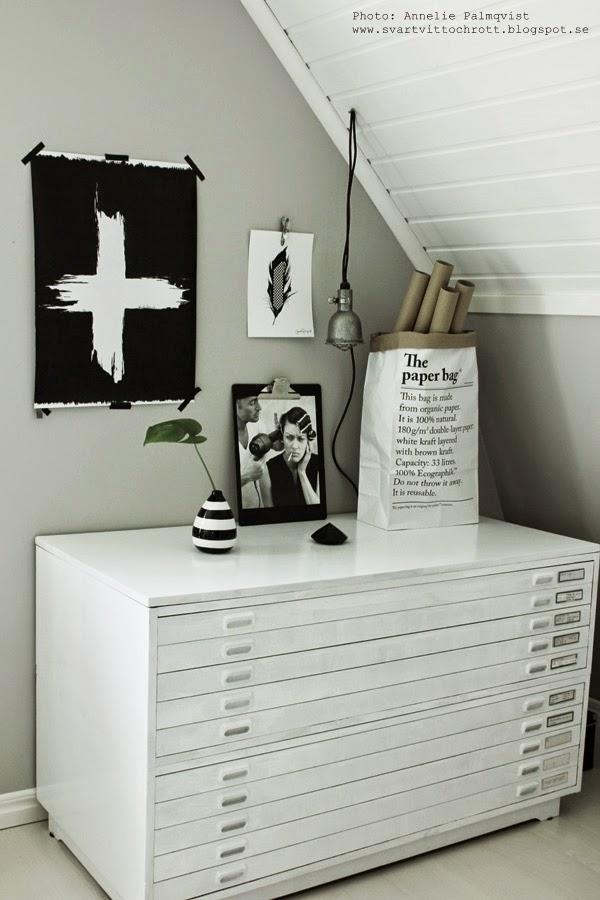 arkivskåp, bukowski, auktion, vitt stort skåp, vita, svartvitt, svart och vitt, svartvita, gråa väggar, ateljé, arbetsrum, konsttryck, fjäder, artprint, artprints, diamant, diamanter, le sac en papier, tavlor
