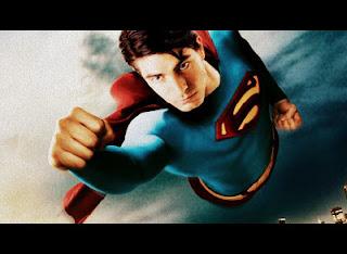 Superman sobrevolando las nubes