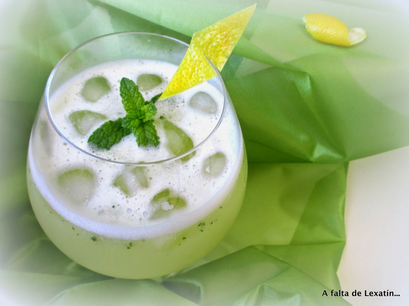 Limonada con menta . Lemon and mint juice