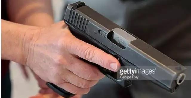ΣΟΚ στη Γλυφάδα – Ληστής μπήκε με όπλο στο αυτοκίνητό νεαρής κοπέλας...Δείτε τι έγραψε η ίδια στο facebook
