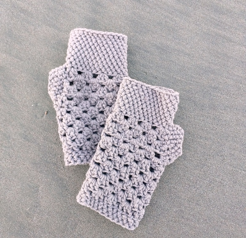 chunky fingerless gloves (free crochet pattern)