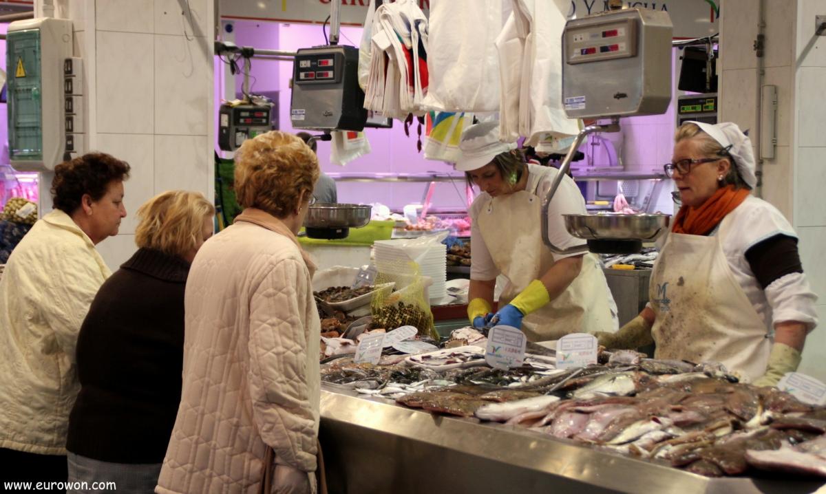 Pescaderas y clientas ene l mercado del Calvario de Vigo