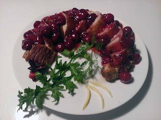 Вкусная нежная свинина в сочетании с вишней и пряностями