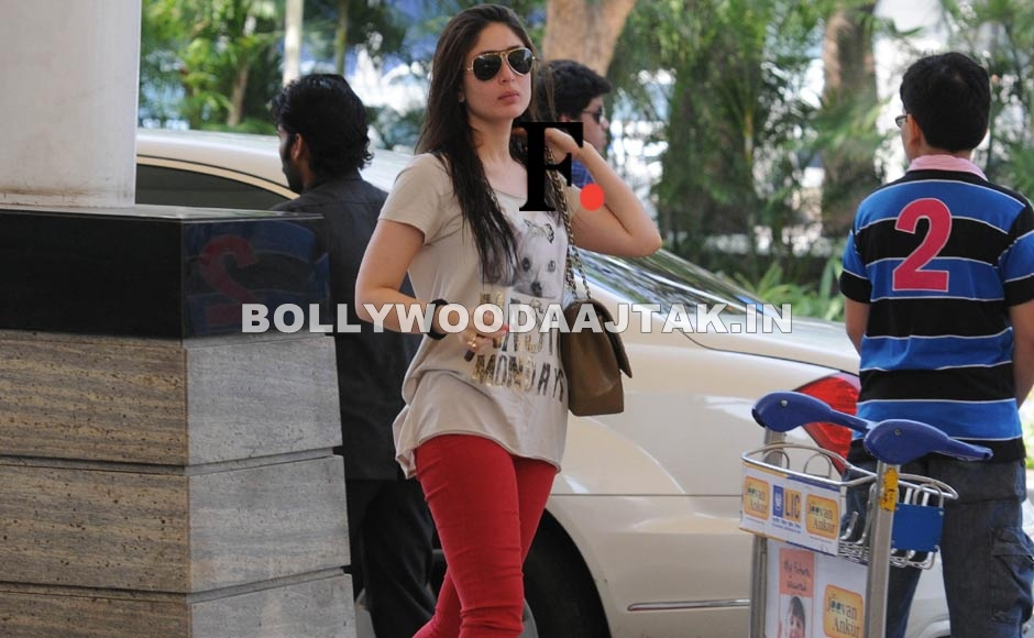 Kareena Kapoor at mumbai airport - Kareena Kapoor spotted at the Mumbai airport