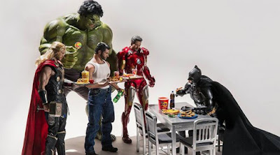 Sepertinya Batman enggan untuk berbagi meja makan. (boredpanda.com)