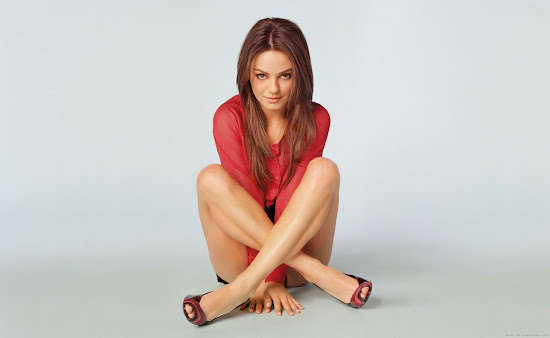 Mila Kunis Famous Hollywood Actress Wallpaper
