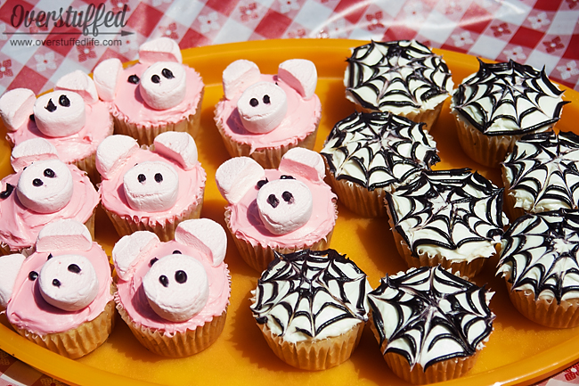 Charlotte's Web Book Club: Charlotte and Wilbur Cupcakes. So easy to make and the kids will love helping!