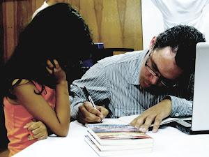 Helios Mar autografiando su obra literaria a los niños.