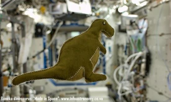 Boneka Dinosaurus Ini Dibuat Astronot di Luar Angkasa