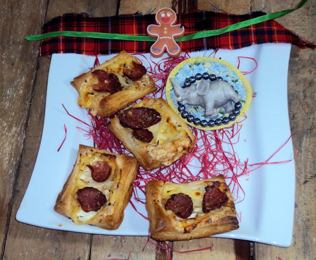 ciasto francuskie z kiełbasą serem i śmietaną