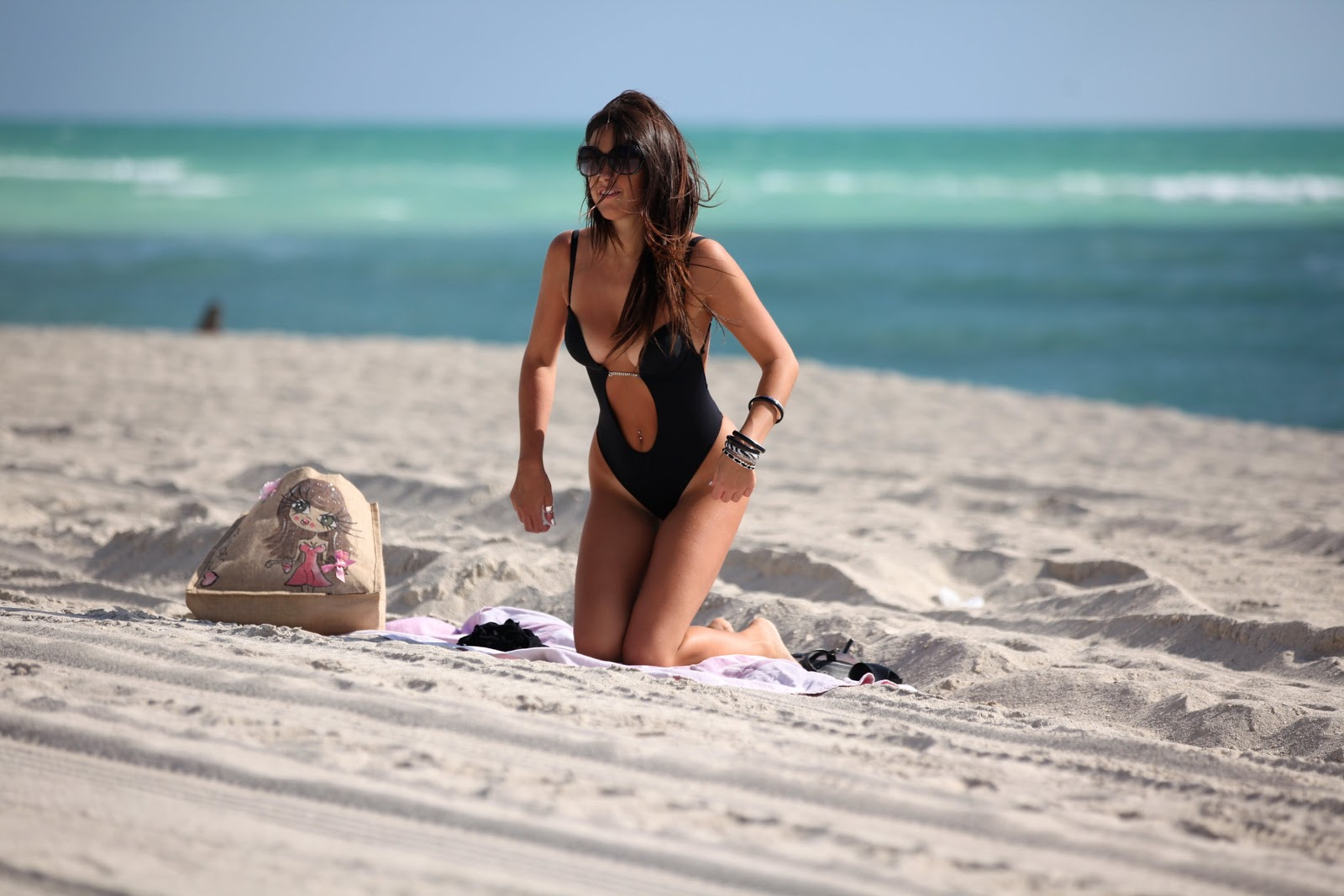 http://3.bp.blogspot.com/-0JUsXHYAEXA/UH1teGPVP-I/AAAAAAAAizM/cE7Oy-w9Yts/s1600/Claudia+Romani+in+one+piece+black+swimsuit+with+a+thong+back+at+the+beach+in+Miami+Beach+-+October+11%252C+2012+2.jpg