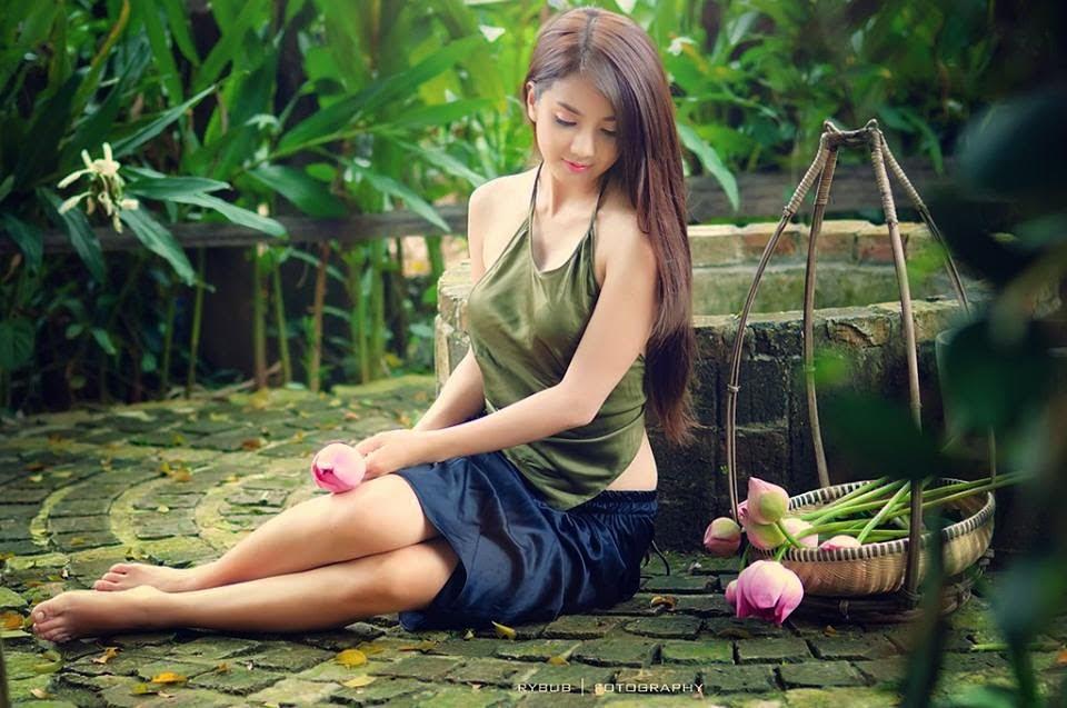 Girl xinh với áo yếm xưa bên hồ sen Phấn 1 4