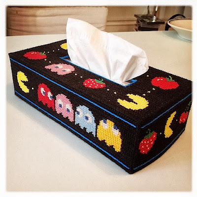 Korssting. Broderet cover til kleenex kasse, lavet af plastik kanvas. Computerspil, Pacman. Cross stitch embroidered tissue box cover with Pacman theme. Plastic canvas.