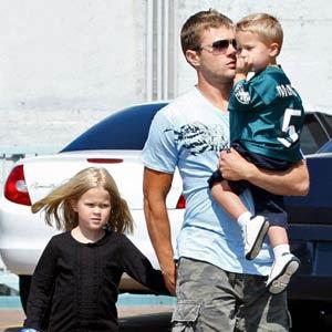 Ryan Phillippe: Sus hijos juegan con los paparazzi