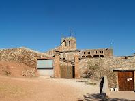 Portal d'entrada al pati de Can Vila i la torre quadrada amb merlets