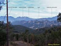 """Panoràmica de les muntanyes, vers el nord-oest, que veiem mentre pugem per la vessant nord del Serrat de Sant Isidre. Autor: Francesc """"Caminaire"""""""