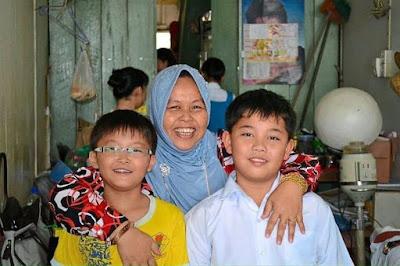 Kisah Menyentuh Hati Pengasuh Islam Jaga Dua Kanak-Kanak Cina