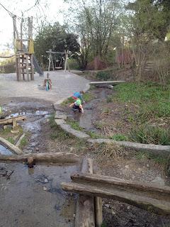 Spielplatz mit Wasserlauf
