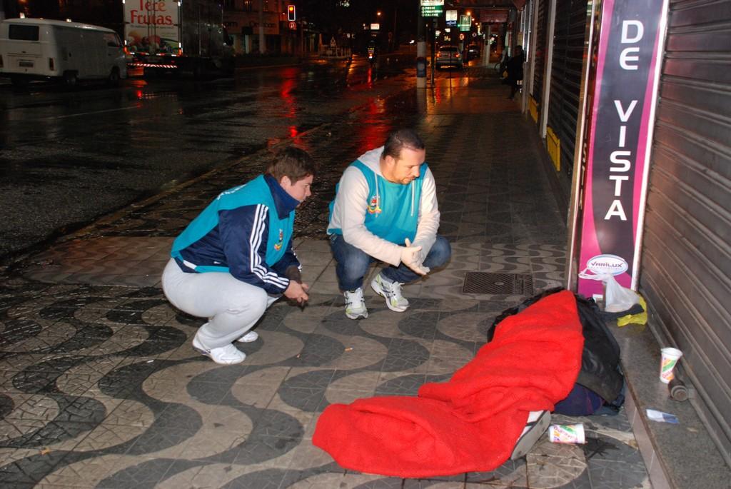 Equipe do CREAS em abordagem social: morador de rua que aceita o convite é encaminhado ao abrigo municipal